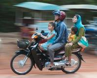 Kambodschanische Familie - 4 auf einem Roller Lizenzfreie Stockbilder