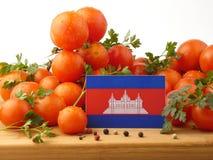 Kambodschanische Flagge auf einer Holzverkleidung mit den Tomaten lokalisiert auf einem whi Stockbild