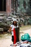 Kambodschanische Frau faltet Schals Angkor Wat Markt Lizenzfreie Stockfotos