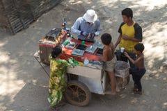 Kambodschanische Kinder, die Eiscreme kaufen Stockfotografie