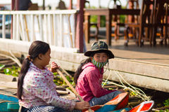 Kambodschanische Leute leben auf Tonle Sap See Lizenzfreie Stockfotos