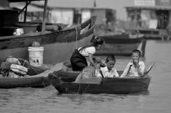 Kambodschanische Leute leben neben Tonle Sap See Lizenzfreies Stockfoto