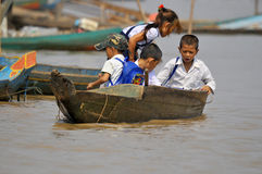 Kambodschanische Leute leben neben Tonle Sap See Lizenzfreie Stockfotos