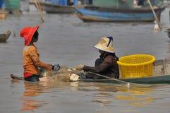 Kambodschanische Leute leben neben Tonle Sap See Stockbild