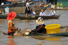Kambodschanische Leute leben neben Tonle Sap See Lizenzfreie Stockfotografie