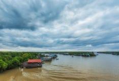 25: Kambodschanische Leute wohnen neben Tonle Sap See in Siem Reap, Kambodscha am 25 September 2012 Lizenzfreie Stockfotografie