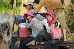 Kambodschanische Passagiere im oxcart Lizenzfreies Stockbild