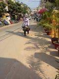 Kambodschanischer Kaufmann trägt seine Waren stockbild