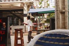 Kambodschanischer Mann verkauft Lebensmittel auf einer Straße Stockbilder