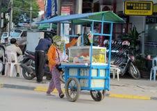 Kambodschanisches Frauenverkaufslebensmittel auf der Straße Stockfotografie