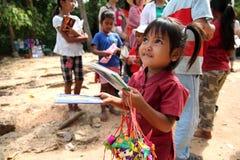 Kambodschanisches Kind, das Postkarten verkauft Lizenzfreie Stockfotografie