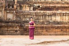 Kambodschanisches Mädchen im Khmer-Kleid, das Phimeanakas in Angkor-Stadt bereitsteht stockfotos