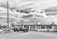 Kambro drogi kram blisko Britstown z rocznik ciężarówką widoczną monochrom obrazy stock