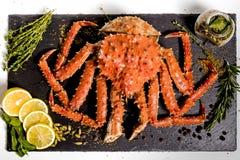 Kamchatka-Krabbe liegt auf einem Teller mit Gewürzen Lizenzfreies Stockbild