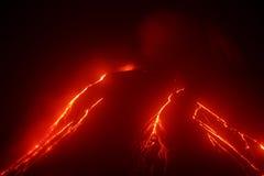 Kamchatka: nachtmening van uitbarsting Klyuchevskaya Sopka Stock Foto's