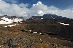 Kamchatka powulkaniczny krajobraz: widok aktywny Mutnovsky wulkan obrazy stock