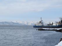 Kamchatka Rusland Vrachtschip bij de pijler in de Stille Oceaan stock foto's