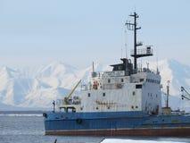 Kamchatka Rusland Vrachtschip bij de pijler in de Stille Oceaan stock afbeelding