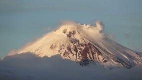 Kamchatka: top del cono del volcán activo de Avacha, actividad fumarolic del volcán almacen de metraje de vídeo