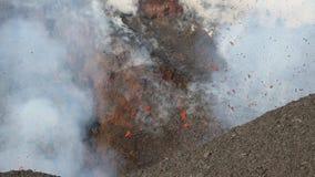 Kamchatka: uitbarstings actieve vulkaan - emissie van krater: lava, gas, stoom, as stock videobeelden