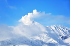 Kamchatka: zima widok erupcja aktywny wulkan obrazy royalty free