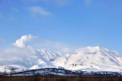 Kamchatka: zima widok erupcja aktywny wulkan zdjęcia stock