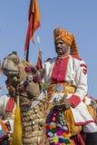 Kameel en de Indische mensen die traditionele Rajasthani-kleding de dragen nemen aan M. deel Woestijnwedstrijd als deel van Woest Royalty-vrije Stock Afbeeldingen