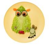 Kameel van salade en komkommer op plaat wordt gemaakt die Stock Foto's