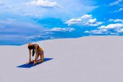 Kamel-Haltung - Yoga-Haltung in der Natur Stockbild