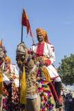 Kamel- och indiermän som bär den traditionella Rajasthani klänningen, deltar i herr Desertera striden som delen av ökenfestivalen Fotografering för Bildbyråer