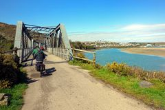 Kamelbred flodmynning, Cornwall, UK - April 11th 2018: Cyklister på Det Royaltyfria Foton