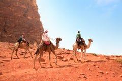 Kamelreise in der Wadi-Rumwüste, Jordanien Lizenzfreies Stockfoto