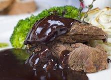 Kamelsteak in der Schokoladensoße à la carte Stockfotografie