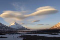 Kamen Berg und fantastische Wolken Lizenzfreies Stockfoto