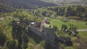 Kamenets,在Odjykon附近,波兰- 2018年4月28日:中世纪城堡的古老废墟反对一个自然风景的背景的  影视素材