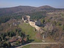 Kamenets,在Odjykon附近,波兰- 2018年4月8日:中世纪城堡的古老废墟反对t一个自然风景的背景的  库存照片