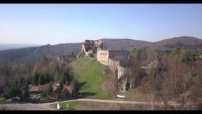 Kamenets,在Odjykon附近,波兰- 2018年4月8日:中世纪城堡的古老废墟反对t一个自然风景的背景的  股票视频
