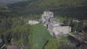 Kamenets, dichtbij Odjykon, Polen - april 28, 2018: Oude ruïnes van een middeleeuws kasteel tegen de achtergrond van een natuurli stock video