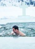 Kamenetz-Podolsk ucrânia 19 de janeiro 2017 O homem banha-se em um furo do gelo Festa do esmagamento fotos de stock royalty free