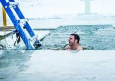 Kamenetz-Podolsk ucrânia 19 de janeiro 2017 O homem banha-se em um furo do gelo Festa do esmagamento Foto de Stock