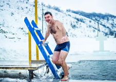 Kamenetz-Podolsk ucrânia 19 de janeiro 2017 O homem banha-se em um furo do gelo Festa do esmagamento imagens de stock royalty free