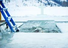 Kamenetz-Podolsk ucrânia 19 de janeiro 2017 O homem banha-se em um furo do gelo Festa do esmagamento Foto de Stock Royalty Free