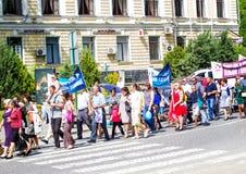 Kamenetz-Podolsk ucrania 28 de mayo 2017 Desfile festivo de la gente Fotografía de archivo