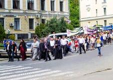 Kamenetz-Podolsk ukraine Maj 28 2017 Det festliga folket ståtar Royaltyfria Bilder