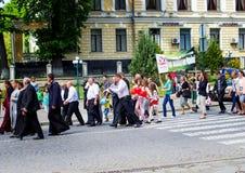 Kamenetz-Podolsk ukraine Maj 28 2017 Det festliga folket ståtar Arkivbilder