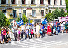 Kamenetz-Podolsk ukraine Maj 28 2017 Det festliga folket ståtar Arkivbild
