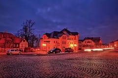 Kamenicky Senov,捷克共和国- 2018年3月24日:路面Tomas常绿矮灌木丛有汽车和历史房子的Masaryk广场在夜 库存照片