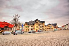 Kamenicky Senov, Tjeckien - mars 24, 2018: TrottoarTomas Garrigue Masaryk fyrkant med bilar och historiska hus på slutet av Royaltyfria Bilder