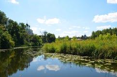 Kamenka flod i Suzdal royaltyfri fotografi