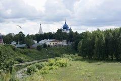 Kamenka flodsikt av jultemplet Suzdal royaltyfri foto